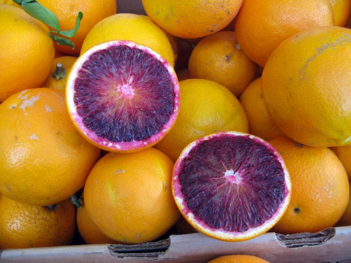 Blood_orange_slices_at_a_farmers_market_in_San_Francisco_January_2011-696x522