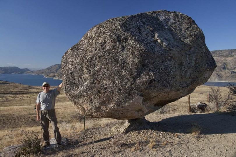 Omak_lake_balancing_rock